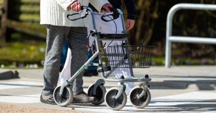 Eine Physiotherapeutin erklärt einer Seniorin den Umgang mit dem Rollator auf dem Rollator-Parcours.