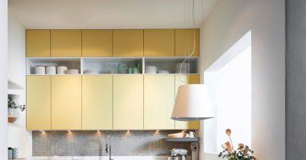 Helle Fronten, viel Licht und jede Menge Stauraum: So gestalten Sie eine kleine Küche vorteilhaft und bringen alles unter.