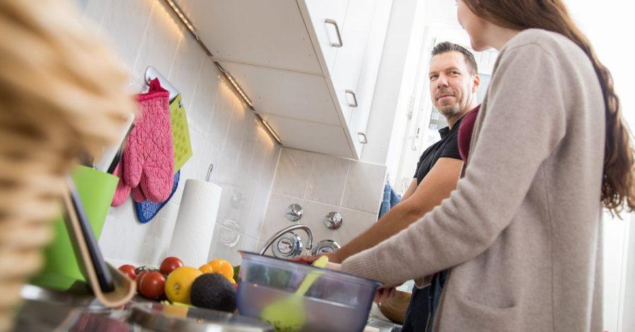 Essen vorbereiten und kochen: Zu kompliziert darf es dabei im Alltag nicht werden, auch wenn man das Klima schützen will.