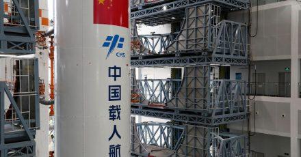 Die Kombination aus dem Kernmodul «Tianhe» der chinesischen Raumstation und der Langer-Marsch-5B-Y2-Rakete wird zum Startbereich der Wenchang Spacecraft Launch Site in der südchinesischen Provinz Hainan transportiert.