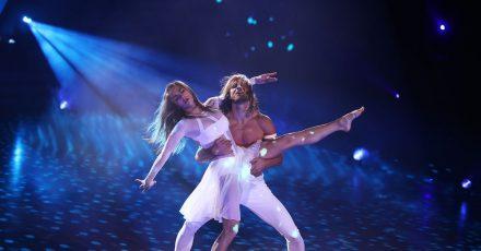 """Der Fußballer Rurik Gislason und Profitänzerin Renata Lusin tanzen einen Contemporary bei der RTL-Tanzshow """"Let's Dance"""". In den ersten beiden Runden räumte das Paar sowohl mit einem Charleston als auch mit einem Contemporary jeweils die volle Punktzahl (30) ab."""