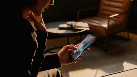 Das Oppo Find x3 Pro liegt gut in der Hand und brilliert mit seinem farbenfrohen und scharfen Display. (elm/spot)