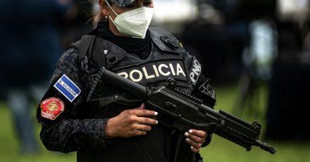 Eine Polizistin in El Salvador mit schwerem Geschütz. (Symbolbild)