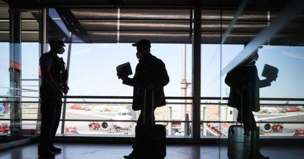 Beamte der Bundespolizei kontrollieren im Terminal 1 des Flughafen Hamburg Passagiere eines ankommenden Flugzeugs.