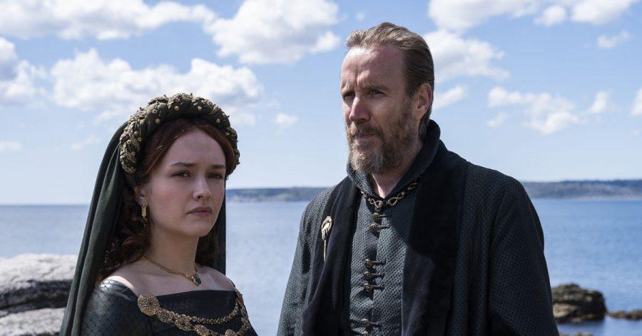"""Olivia Cooke spielt Alicent Hightower und Rhys Ifans spielt Otto Hightower in der Game of Thrones-Vorgeschichte """"House of the Dragon""""."""
