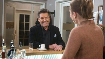"""Rote Rosen"": Thomas Anders unterhält sich gut mit Carla (Maria Fuchs). (ili/spot)"
