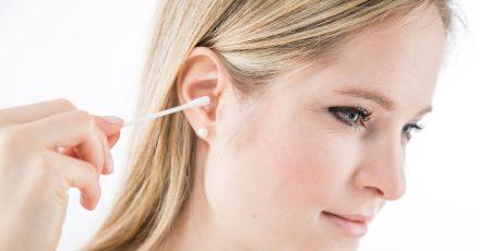 Beim Einsatz von Wattestäbchen gilt: Nicht zu tief und fest in den Gehörgang drücken.