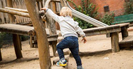 Eltern sollten bei Spielgeräten aus Holz genau hinschauen. Sind diese morsch, droht Verletzungsgefahr für spielende Kinder.