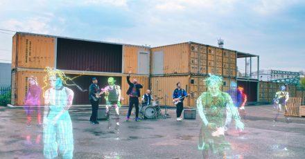 Futuristisch: Coldplay präsentieren ihre neue Single inmitten von tanzenden Hologrammen.