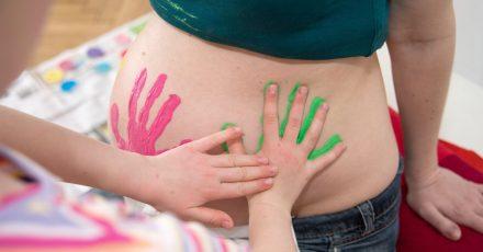 Wenn Mamas Bäuchlein anfängt zu wachsen, sollten Eltern dem Kind vom werdenden Geschwisterchen erzählen.