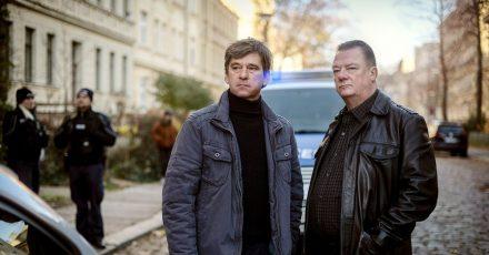 Kommissar Michael Lehmann (Peter Schneider, l) und Kommissar Henry Koitzsch (Peter Kurth) am Tatort.
