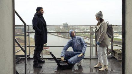 BKA-Expertin Linda Selb (Luise Wolfram, M.) erläutert Mads Andersen (Dar Salim) und Liv Moormann (Jasna Fritzi Bauer), was die Tatort-Analyse ergibt. (dr/spot)