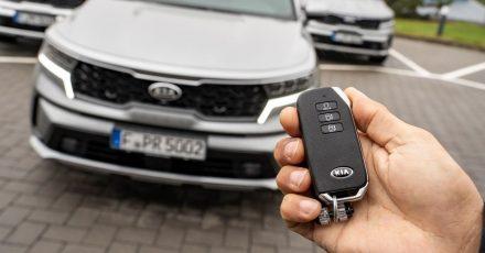 Bist ja schon groß: Einige Fahrzeuge können ganz alleine auf Knopfdruck in enge Parklücken rollen, ohne dass dafür eine Person am Steuer sitzt.
