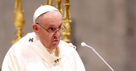 Papst Franziskus spricht während einer Zeremonie zur Weihe von neun neuen Priestern. (Archivbild)