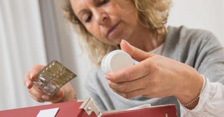 Beim Ausmisten der Hausapotheke hilft ein Blick aufs Verfallsdatum der Medikamente.