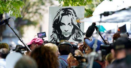 Britney-Fans halten vor einer Gerichtsanhörung zur Vormundschaft der Popsängerin ein Foto von ihr hoch.