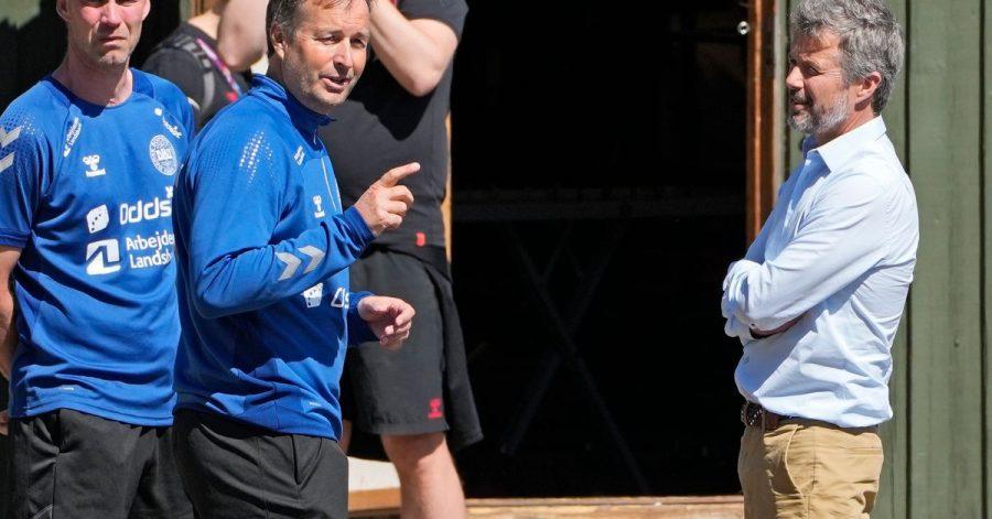 Kronprinz Frederik von Dänemark (r.) mit Dänemarks Träner Kasper Hjulmand (m.) beim Training der dänischen Nationalmannschaft.