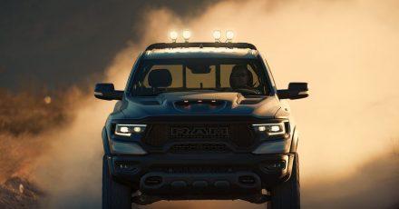 In den USA sind Riesen-Pick-Ups wie der Ram 1500 TRX keine Seltenheit. Hierzulande dürfte er für reichlich Aufmerksamkeit sorgen.