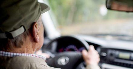 Im höheren Alter bauen viele Menschen körperlich ab und darunter leidet mitunter auch die Fahrtüchtigkeit.