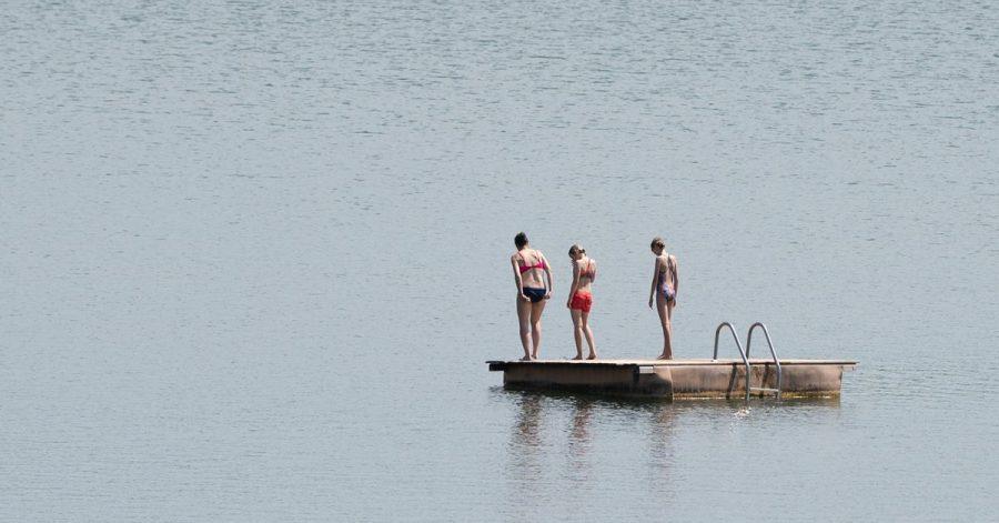 Badegäste auf einer Badeinsel. Aufgrund mehrerer tödlicher Badeunfälle in den vergangenen Tagen an Flüssen und Seen warnt die Deutsche Lebens-Rettungs-Gesellschaft (DLRG) vor den Risiken beim Schwimmen in solchen Gewässern.