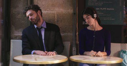 Arnaud Valois als Raphaël und Suzanne Lindon als Suzanne in einer Szene des Films «Frühling in Paris».