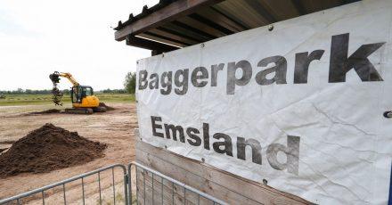 Ein Bagger ist im Einsatz im Baggerpark Emsland. Privatleute können auf dem Gelände Baufahrzeuge vom Minibagger bis zum 21-Tonnen Bagger ausprobieren.