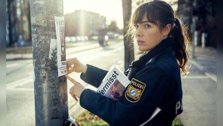 """""""Polizeiruf 110: Frau Schrödingers Katze"""": Polizistin Bessie (Verena Altenberger) hängt Katzensteckbriefe auf. (ili/spot)"""