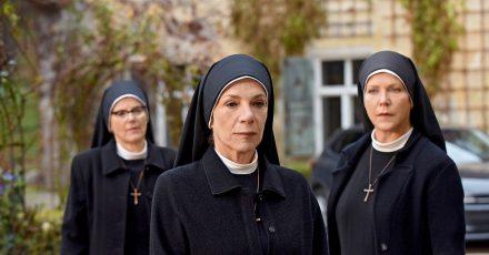 Schwester Hanna (Janina Hartwig, r) und Schwester Hildegard (Andrea Sihler, l) machen sich Sorgen um die Mutter Oberin. Oberin Theodora (Nina Hoger, M.) bereut ihre desaströse Fehlinvestition zutiefst und will im Kloster bleiben um Kraft zu finden.