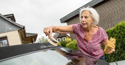 So pflegen Cabriofans ihr Fahrzeug am besten: Mit Fingerspitzengefühl und möglichst soften Mitteln.