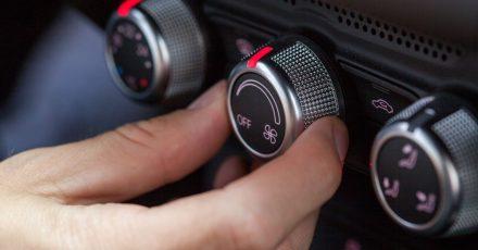 Clever cool bleiben: Die Klimaanlage im Auto stellt man besser nicht zu kalt ein.