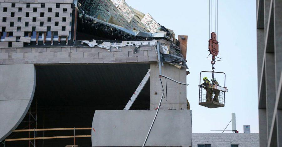 Rettungskräfte befinden sich neben einer sich im Bau befindlichen eingestürzten Grundschule in der belgischen Hafenstadt Antwerpen in Antwerpen.