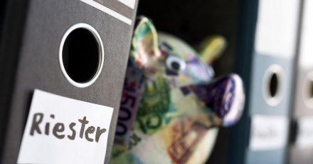Wird der Riester Vertrag fällig, sollten Verbraucher sich fragen: Lohnt die monatliche Rente sich wirklich?