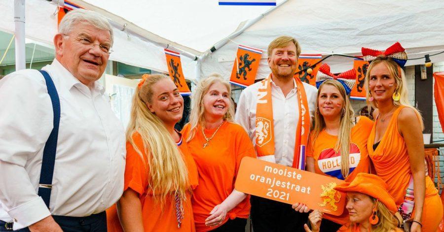 Dicht an dicht: König Willem-Alexander von den Niederlanden (M.) besucht Fußballfans an der schönsten Oranjestraat des Landes.