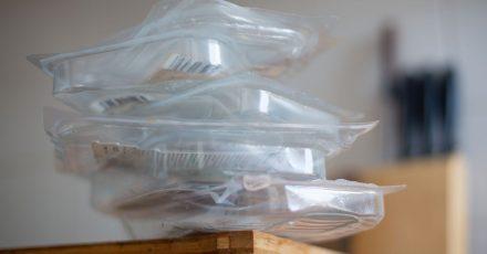 Seit 1991 landen sie meist in der Gelben Tonne: Plastikverpackungen. Doch nicht immer sind sie ohne Weiteres recycelbar.