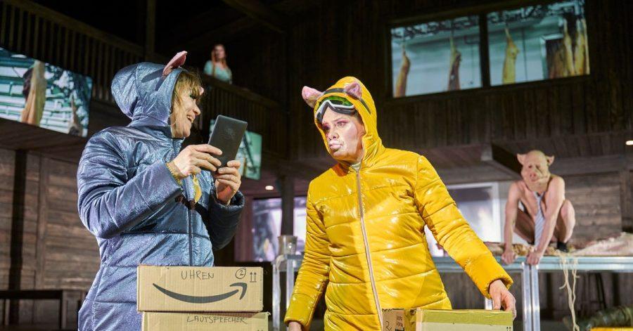 Darsteller mit Schweine-Masken: «Lärm. Blindes sehen. Blinde sehen!» von Elfriede Jelinek feiert in Hamburg Premiere.