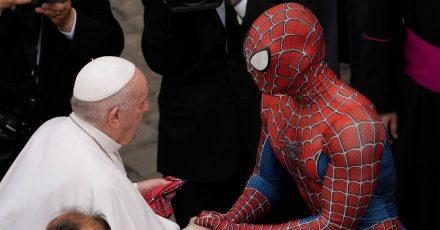 Papst Franziskus (l) spricht am Ende seiner wöchentlichen Generalaudienz mit einem Mann im Spiderman-Kostüm.