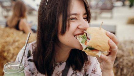 Einseitige Ernährung? Für klassische Burgerpatties aus Fleisch gibt es gute Alternativen. (sob/spot)