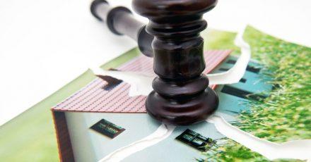 Nach einer Trennung kann der Partner, der aus der ehelichen Wohnung ausgezogen ist, die Mitwirkung des Ex-Partners bei der Kündigung verlangen.
