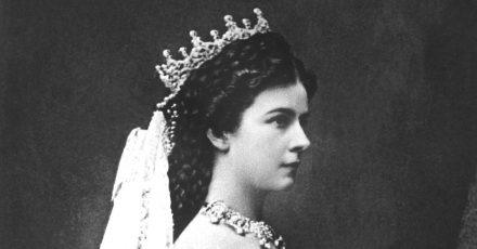 Die österreichische Monarchin im Krönungsornat als Königin von Ungarn (Aufnahmedaten unbekannt).