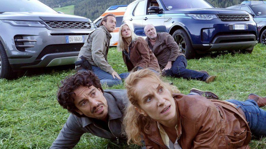 """""""Der Bozen-Krimi: Zündstoff"""": Sonja (Chiara Schoras) und Riccardo (Stefano Bernardin) gehen in Deckung. (cg/spot)"""