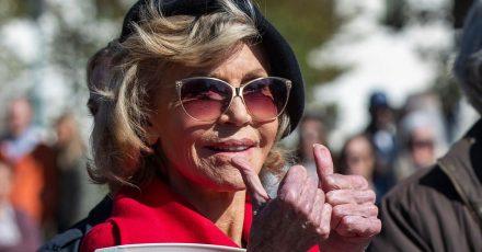 Jane Fonda zeigt mit den Daumen nach oben, während sie erneut bei einer Kundgebung zum Thema Klimaschutz vor dem Kapitol von Polizisten festgenommen wurde. Die Oscar-Preisträgerin (83) macht sich derzeit mit Krafttraining für eine Protestaktion fit.