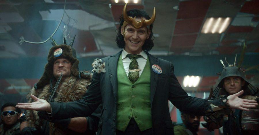 Loki (TomHiddleston, M) bekommt eine eigene Miniserie beim Streamingdienst Disney+.