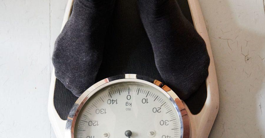 Zu viele Pfunde auf der Waage: Während des Lockdowns haben sich viele schlecht ernährt und zuwenig bewegt.