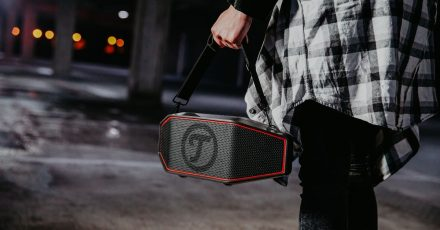 Tragbare Bluetooth-Lautsprecher, wie etwa der Rockster Cross von Teufel, gibt es in vielen Preiskategorien - für gehobene Soundansprüche  muss man tiefer in die Tasche greifen.