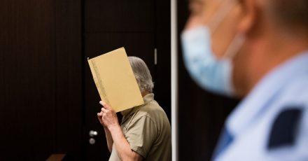 Der angeklagte pensionierte Polizeibeamte im  Gerichtssaal des Landgerichts Düsseldorf.