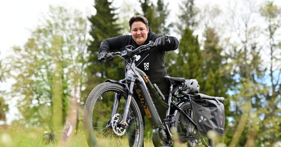 An guten Tagen schafft Sabine Serr auch mal eine längere Tour mit ihrem E-Bike. An schlechten kommt sie kaum die Treppe hoch.