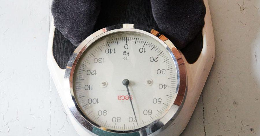 Rund 40 Prozent der Teilnehmer einer Umfrage haben seit Pandemie-Beginn an Gewicht zugelegt - im Durchschnitt 5,6 Kilogramm.