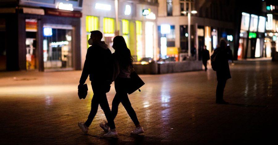 Passanten am Abend in Hannover. Bei der Studie wurde die niedersächsische Landeshauptstadt als einzige deutsche Stadt untersucht.