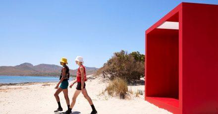 """Models präsentieren im Rahmen der Mailänder Modewoche """"short short"""" in einer Kreation von Prada der Kollektion Frühjahr/Sommer 2022 am Strand."""
