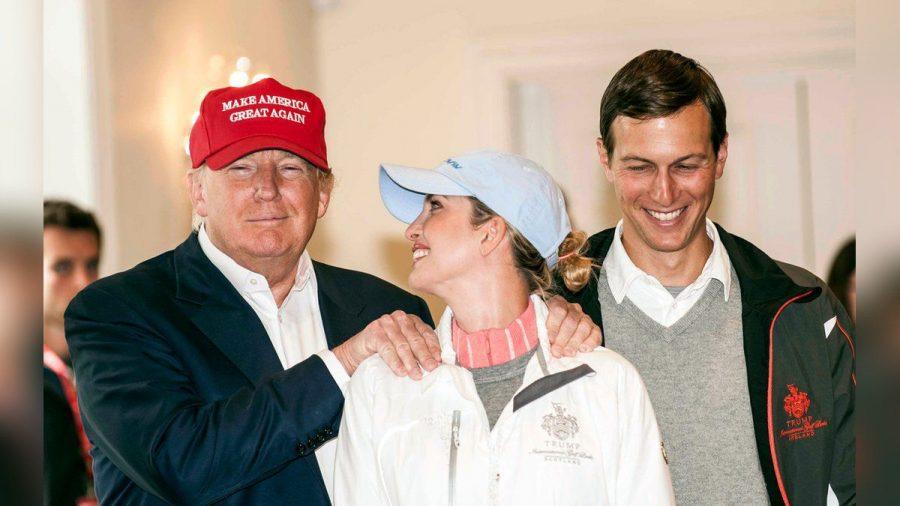 Donald Trump mit Tochter Ivanka und deren Ehemann Jared Kushner (re.) im Jahr 2015 (eee/spot)